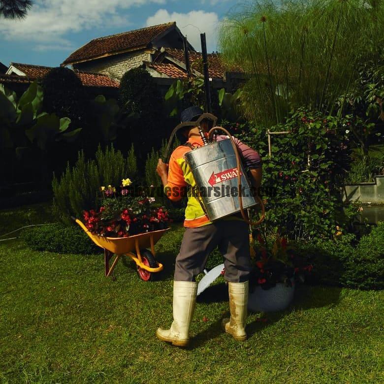 Jasa Pembuatan dan perawatan taman Bandung Jakarta Penyemprotan Pestisida 3